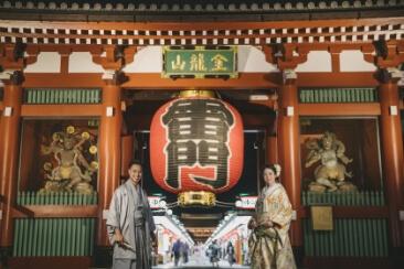 雷門の最高のロケーションの前で撮影している和装を着た夫婦