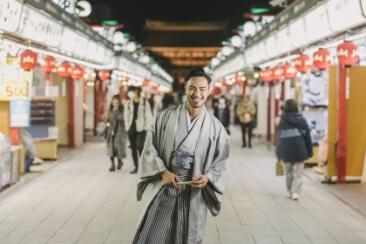 浅草商店街とグレーの和服を着た笑顔の新郎