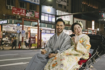 浅草の人力車に和装姿でワクワクしている2人