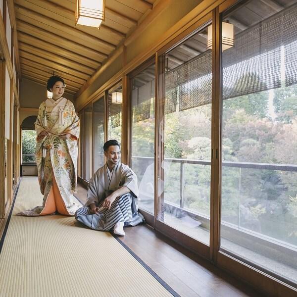 目白庭園のお茶室で前撮りしている花嫁と新郎