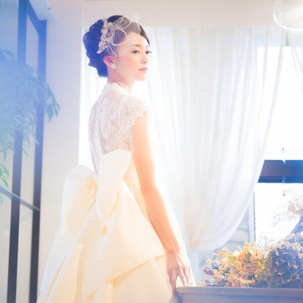 背中がレースのウェディングドレスを着た花嫁
