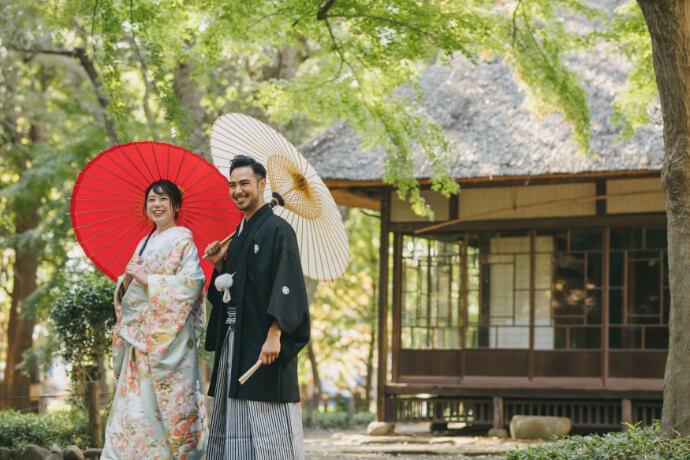 蘆花恒春園の梅花書屋の前で和傘をさして撮影してる2人