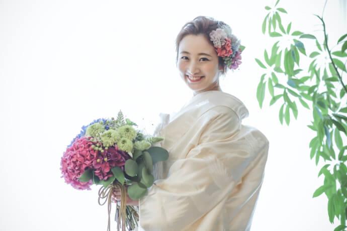 表参道のオシャレなスタジオで可愛い花嫁の白無垢姿