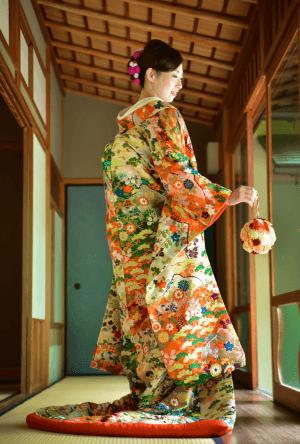 花が散りばめられた色打掛