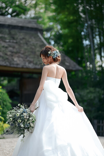 和のロケ地でウェディングドレスを着て立っている花嫁さん