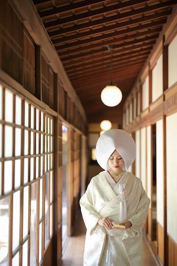 お茶室で白無垢に洋髪綿帽子を付けた立ち姿の花嫁さん