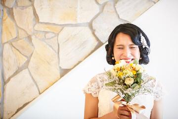 ドライフラワーのブーケをもって笑顔の花嫁