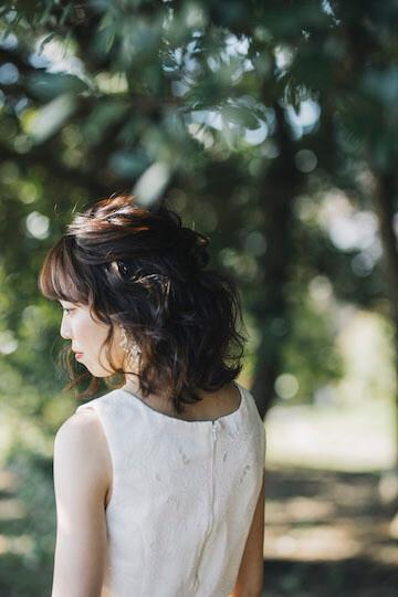 ラフなウェディングドレスにナチュラルなヘアメイクの新婦