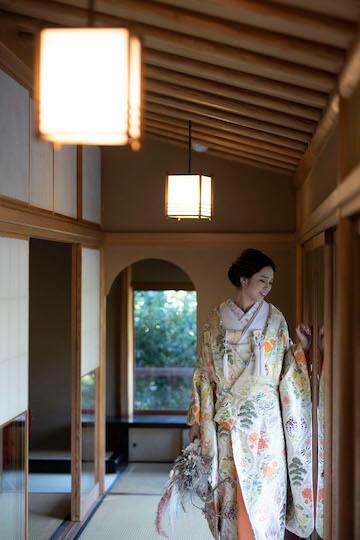 目白庭園のお茶室で淡い色味の色打掛を着た花嫁さんのワンショット