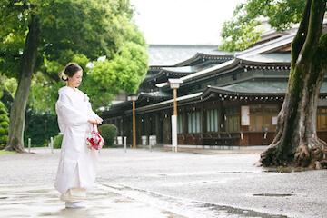 雨の中白無垢を着た花嫁