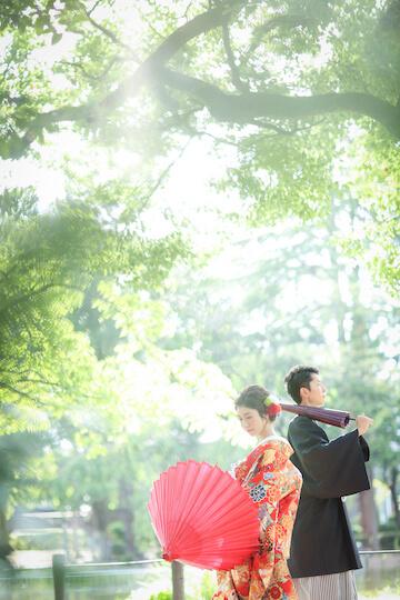 新緑と光が綺麗な庭園で撮った結婚写真