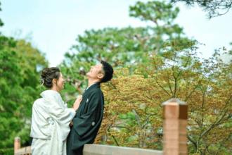 白無垢と紋服を着て向き合って大爆笑している夫婦