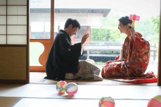 和装を着たふたりがお茶室でゲームしている姿