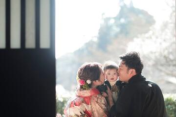 息子のほっぺに両サイドからキスして撮った和装結婚写真