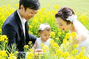 菜の花畑の真ん中で娘と撮った結婚写真