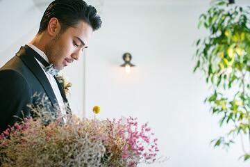 新婦を待つ花束を持った新郎