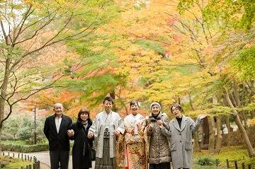 紅葉シーズンに前撮りしている笑顔いっぱいの家族