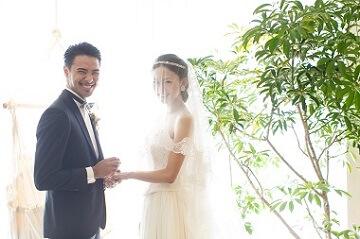挙式中笑顔の夫婦