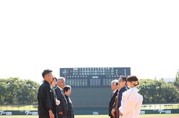 野球場で撮った家族の結婚写真