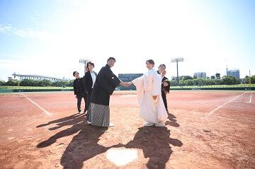 野球場で両家並んで握手