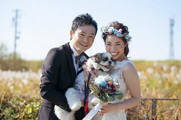 花冠をした新婦さんと新郎と愛犬で撮った結婚写真