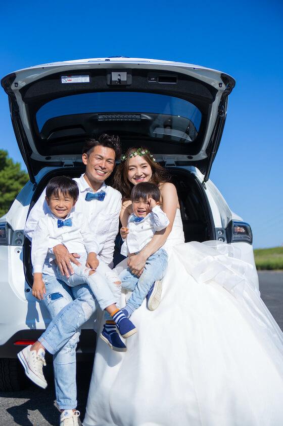 車のトランクに家族4人で座って撮ったウェディング写真