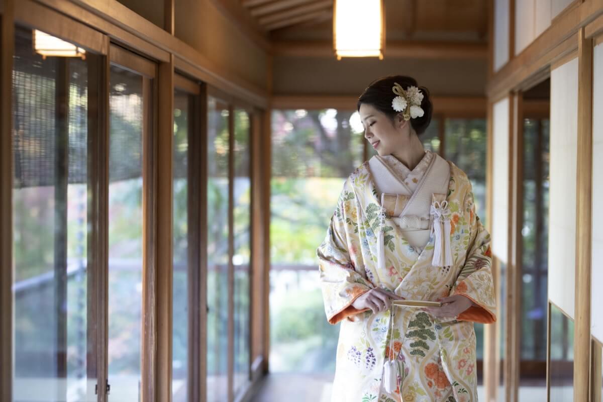 目白庭園の縁側に立つ花嫁