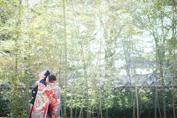竹林をバックに旦那の後ろから抱きついている花嫁