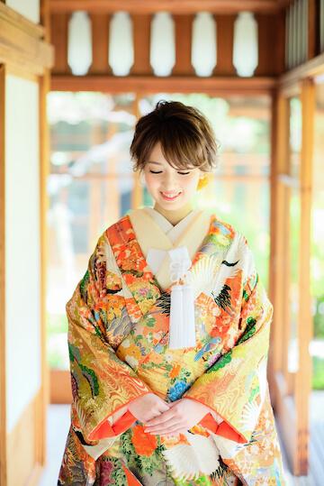 可愛いカラフルな色打掛を着たショートカットの女性