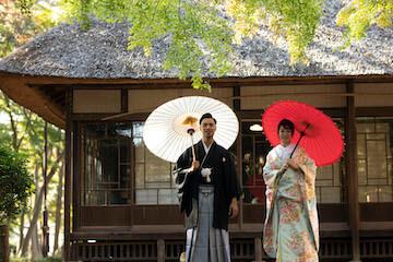 蘆花恒春園で和装を着て並ぶ夫婦