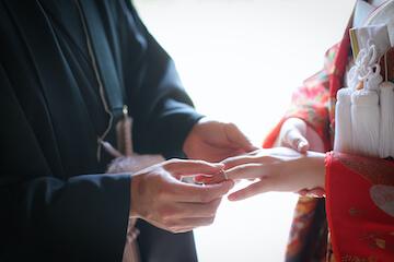 着物を着て指輪交換しているふたりの手