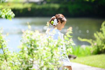新緑と白無垢を着た花嫁