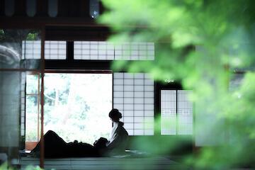 緑の景色がきれいな和室で新婦の膝で寝転がる新郎