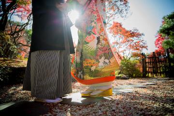 綺麗な日差しと和装を着て向かい合うカップル