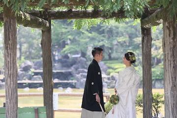 白無垢と黒紋服を着てロケーションフォトを楽しむ夫婦