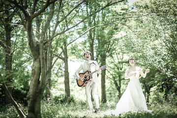 公園でギターを弾いてライブを楽しむ新郎新婦