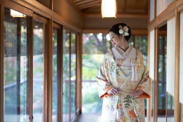 目白庭園のお茶室と新婦さん