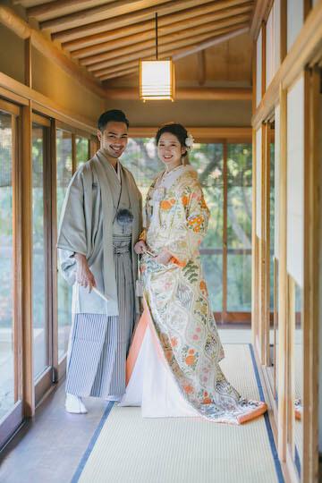 人気の目白庭園で和装を着た新郎新婦