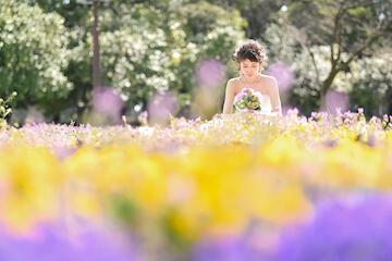 黄色と紫の菜の花と花嫁