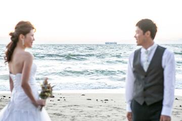 海をバックに見つめ合う夫婦
