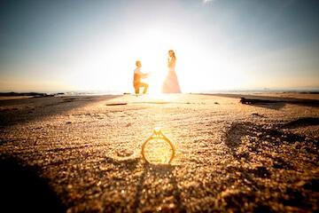 夕日と結婚指輪と夫婦