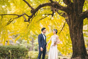 日比谷公園で見つめ合うカップル