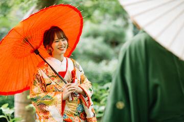 モスグリーンの紋服とオレンジの色打掛を着たふたり