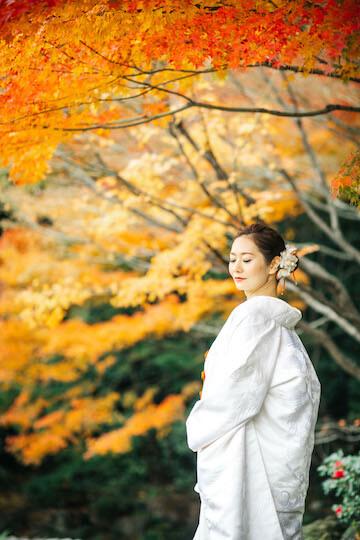 紅葉と白無垢を着た花嫁