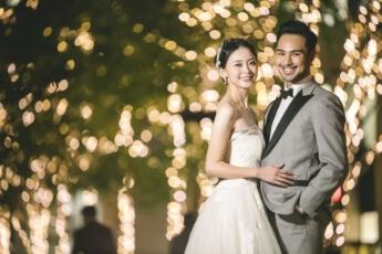 東京駅のクリスマスのイルミネーションの前で結婚写真を撮るカップル