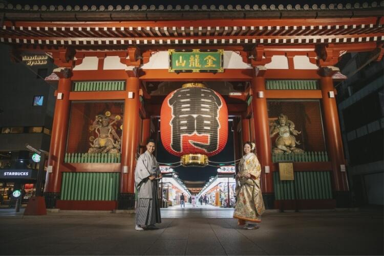 浅草の雷門の前で和装を着て前撮り撮影をしている夫婦