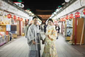 浅草の商店街で和装前撮り撮影をしている二人