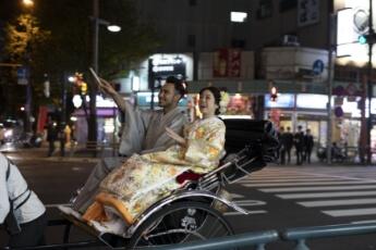 浅草の人力車に乗っている和装を着た新郎新婦