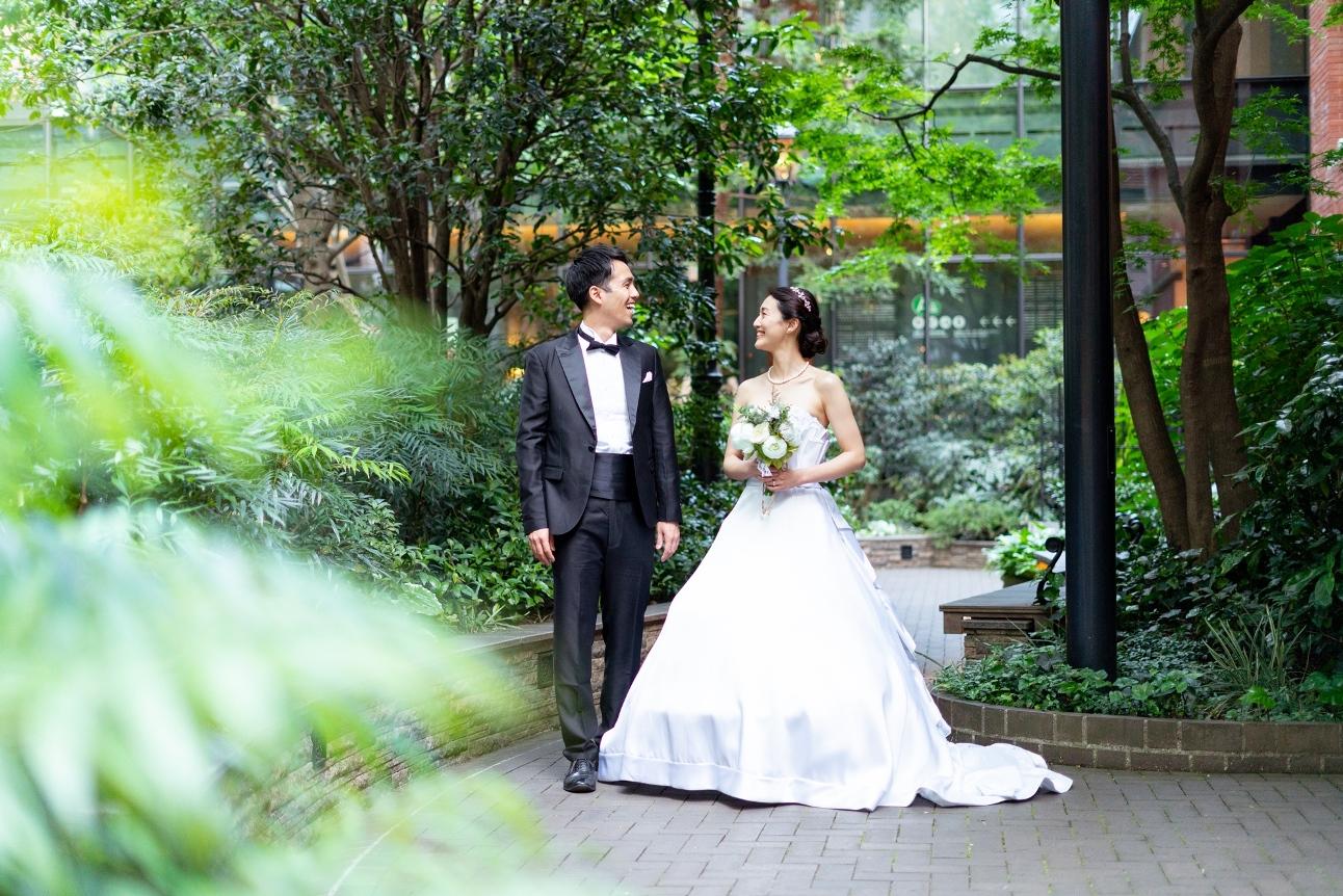東京タワーをバックに和装を来た花婿花嫁の後ろ姿