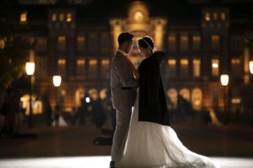 東京駅の前でドレスに上着を羽織っている花嫁さん